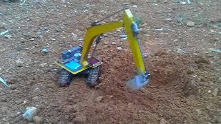 Máy xúc điều khiển tự chế múc đất làm ao