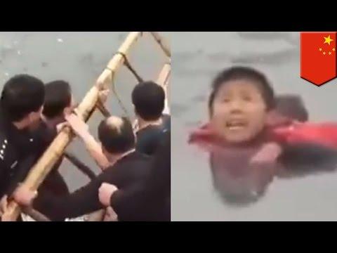 Polisi Cina menyelamatkan anak laki-laki dari kematian dalam es - TomoNews