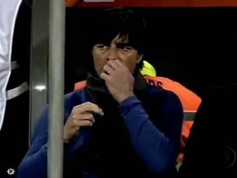Joachim low comendo meleca do nariz.