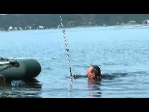 Ловил рыбу а поймал водолаза!