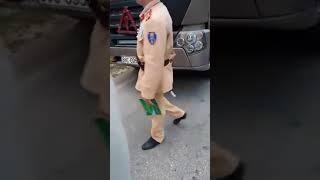 Giải cứu tài xế xe tải bị bắt láo