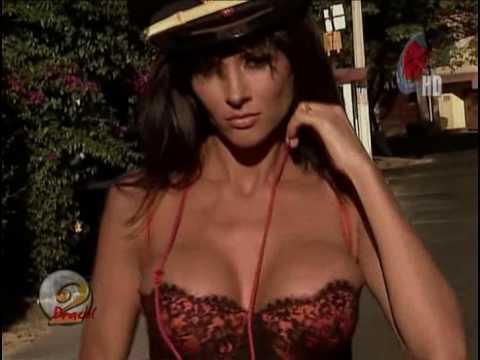 Dorismar sexy policia en una de sus famosas fantasias