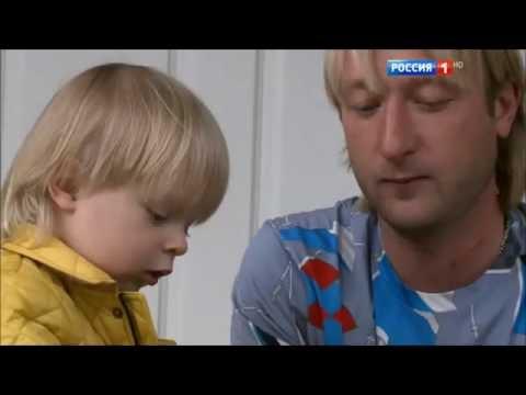 Евгений Плющенко и его сын Александр Плющенко кушают шоколадный пистолет)