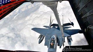 空中給油中にコーヒーの好みの話で盛り上がる戦闘機パイロットと給油オペレーター