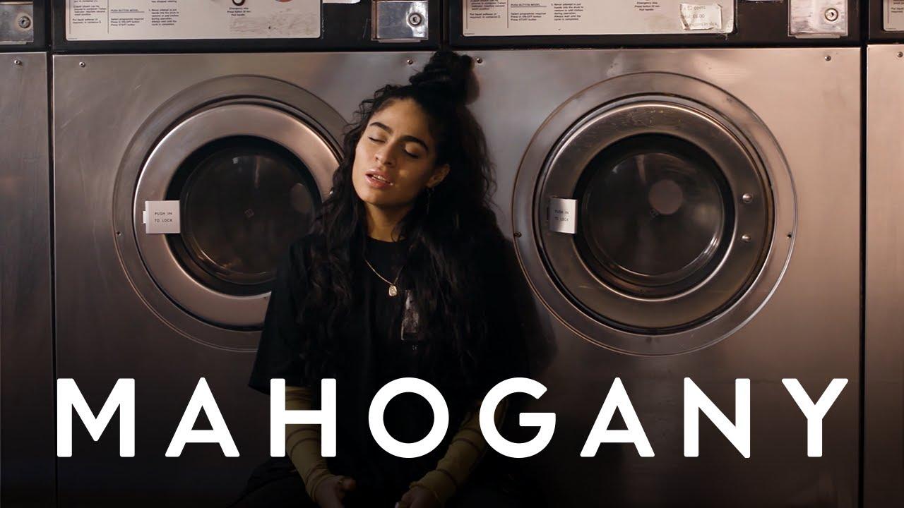 "Jessie Reyez - 「Mahogany Sessions」にて""Far Away""を披露 アコースティックセッション映像を公開 thm Music info Clip"