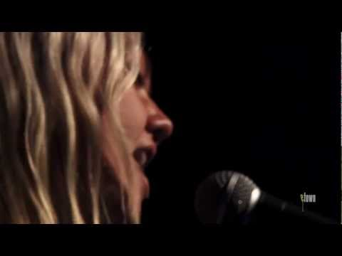 "Elle King - ""Can't Be Loved"" ( eTown webisode #297)"