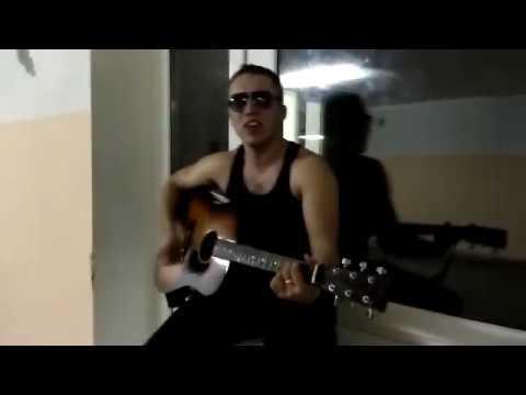 Парень красиво поет под гитару для девушки