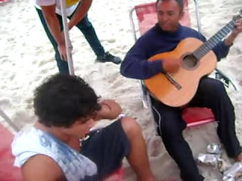 Héron Salvini cantando na praia com os cabras da peste kkkkkkkkk