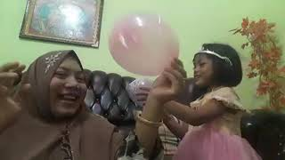 Baby Zi's Toy Review with Mommy  : Stick Balloons and Learning Colors.(Meniup Balon & Belajar Warna)