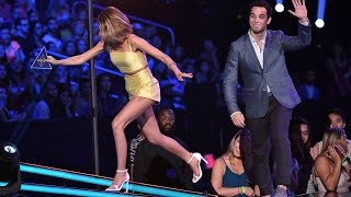 Sarah Hyland TRIPS Onstage At 2015 Teen Choice Awards