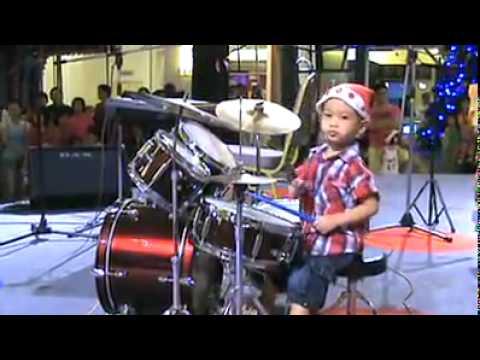 Japonés de 4 años muy buen baterista