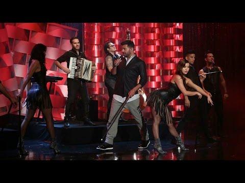 Ricky Martin Performs 'Adios'