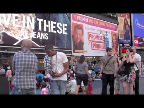 Pegadinha na Time Square, Peidando nos turistas