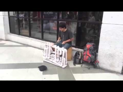 Es caucetero y recorre Chile con su particular instrumento musical de PVC
