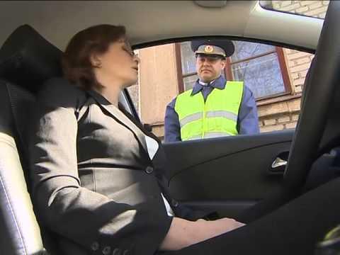 Должен ли водитель отдать свои документы в руки