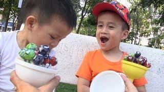 TRÒ CHƠI BÓC KẸO MÚT KHỔNG LỒ ♥ Bé Đức & Bé Su Hào ♥ Giant lollipops Opening