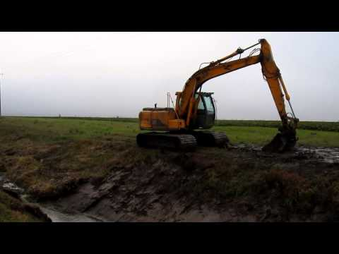 JCB JS130 excavator - cleaning trench [www.plakys.lt]