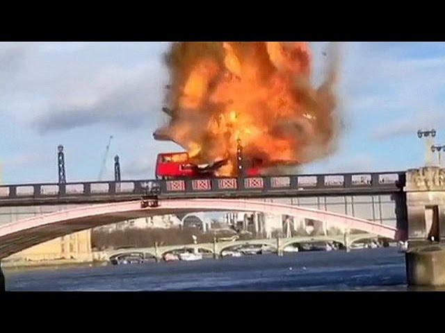 Autocarro explode para filme no centro de Londres