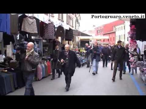 Primarie PD: Bersani fa due passi al mercato di Portogruaro