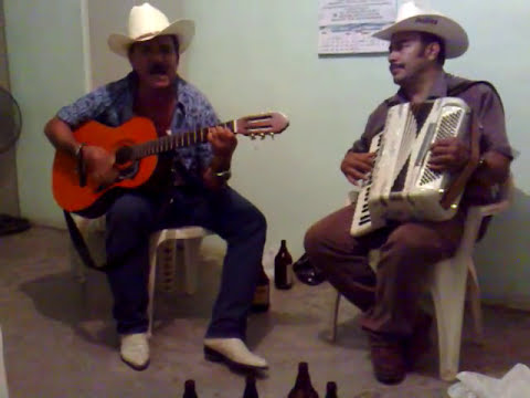 Martin Chavez tocando con el benigno