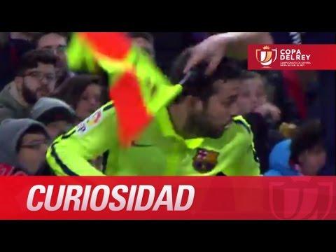 El linier golpea a Jordi Alba con el banderín