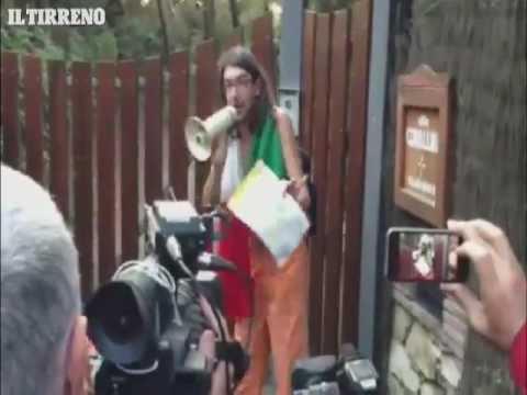 L'arrivo di Gabriele Paolini davanti casa di Beppe Grillo a Marina di Bibbona