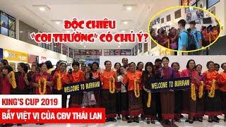 """Cổ động viên Thái Lan dùng độc chiêu """"KHINH THƯỜNG"""" ĐT Việt Nam tại sân bay Buriram???"""