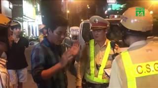 Cảnh sát kiểm tra nồng độ cồn tài xế đi ra từ quán rượu bia | VTC14