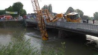 Un camion-grue tombe dans la Seine (Pont-Sainte-Marie)