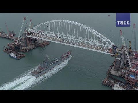"""Боевой корабль """"Азов""""  впервые прошел под аркой Крымского моста"""