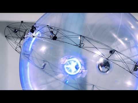 自律飛行する独創的な球体ロボット。ドリンクを掴んで男性に渡す!?