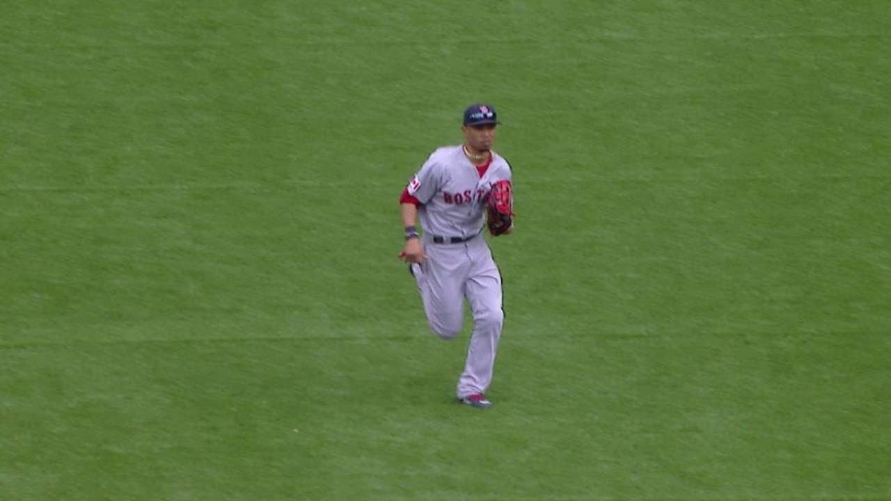 BOS@TOR: Betts reaches down to make a nice catch