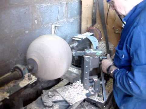 Torneado de una bola de madera en Puentedey (Merindad de Valdeporres). Las Merindades (Burgos).