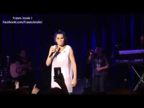 Jessie J cantando