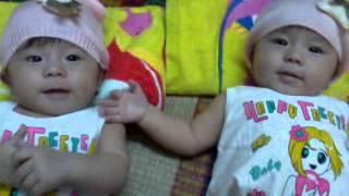 Hai bé sinh đôi misa misu nắm tay nhau đáng iu quá