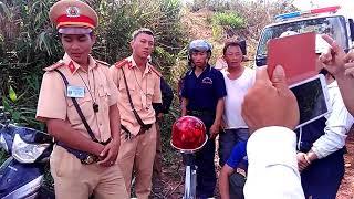 CSGT Đăk Nông giữ cô gái trẻ và xe, tất cả người nhà đuổi chặn xe của CSGT