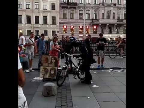 Бэтмен на велосипеде. Санкт-Петербург. Невский проспект.