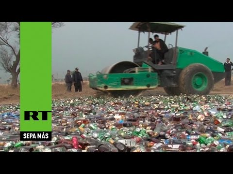 Eliminan miles de litros de alcohol con un 'bulldozer' y queman drogas en Pakistán