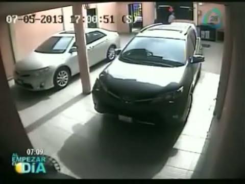 Cámara de seguridad capta momento en que es asaltada una pareja en su propia casa