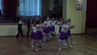 Przedszkolaki tańczą do piosenki Asereje