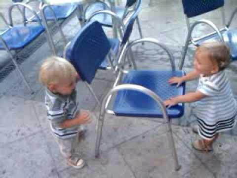 Mis dos bebes Gemelos y Mellizos hablando, riendo y jugando al escondite
