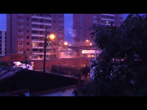 VIDEO: MILITARES VENEZOLANOS GNB DISPARAN A LOS EDIFICIOS EN SAN CRISTOBAL.
