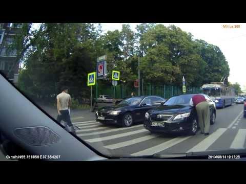 Пешеход навалял водителю