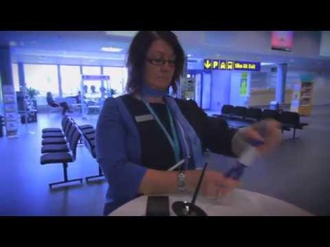 Pienenmmillä lentoasemilla pääsee tekemään mitä erilaisimpia töitä. Jyväskylän lentoaseman palveluvastaava Mira Heikkilä on yksi esimerkki Finavian monista todellisista moniosaajista.