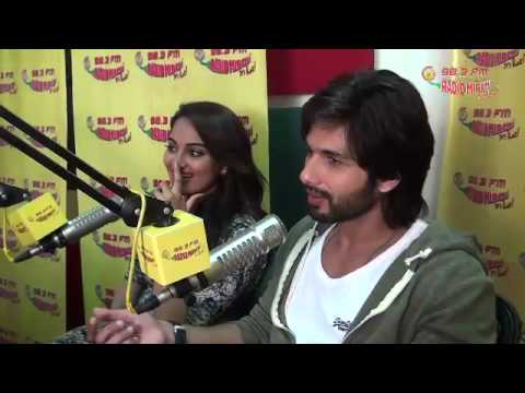 Shahid Kapoor and Sonakshi Sinha talk about 'R... Rajkumar at the Radio Mirchi Studios
