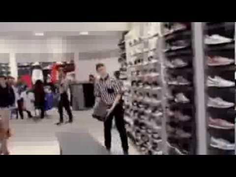 Продавцы Вот так нужно обслуживать в магазине ;) Мега прикол!