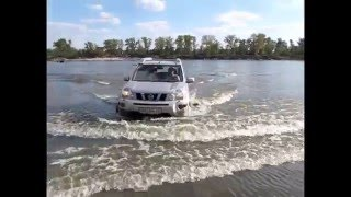 Nissan X-Trail and Niva vs. water on the river Desna, offroad
