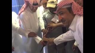 تكريم احد العمال في نادي الفيصلي السعودي