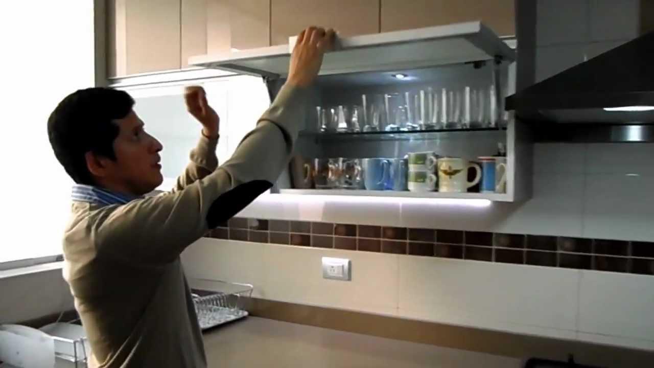 Cocina dise o minimalista y moderna familia briones for Puertas para casas minimalistas