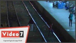 بالفيديو.. سلوكيات خاطئة لمواطنين بمحطة مصر..وطفل يجلس على قضبان القطار